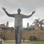 Das 9 m hohe Denkmal für Nelson Mandela, hier vor den Union Buildings in Pretoria, wo er seine erste Rede als Präsident von Südafrika hielt