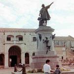 Denkmal von Kolumbus vor der ersten Kathedrale in Amerika in Santo Domingo, Dom. Rep.