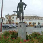 Denkmal für einen Stierkämpfer gegenüber der Stierkampfarena von Sevilla