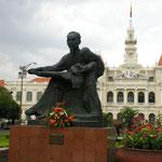 Ho-Chi-Minh Denkmal vor dem Rathaus in der gleichnamigen Stadt