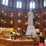 Standbild der Königin Viktoria in der Parlamentsbibliothek in Ottawa