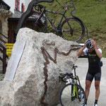 Denkmal für einen Radrennfahrer am Poroi Pass in Südtirol