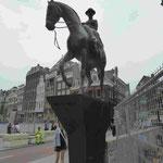 Reiterstatue für Königin Wilhelmina der Niederlande im Damenreitsitz in Amsterdam