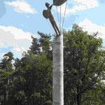 Skulptur an der Absprungstelle Lilienthals auf dem Gollmenberg bei Stölln