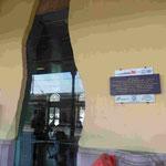 Denkmal an die Opfer des Bombenattentates der Faschisten 1980 im Wartesaal des Bahnhofes von Bologna, Italien