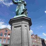 Denkmal für Jonnes Filius Costerus, Erfinder des Drucks mit beweglichen (Holz)Lettern, auf dem Marktplatz von Haarlem, Holland