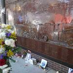 Erinnerungstafel an die verunglückten Feuerwehrleute am 11. 9. 2001 am Ground Zero, New York