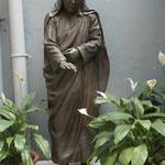 Denkmal von Mutter Teresa im Hof ihres Mutterhauses in Kolkata