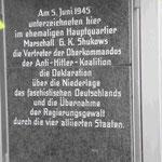 Gedenktafel für ein Treffen bei Marschall Shukow im Juni 45, bei dem der Viermächtestatus begründet wurde