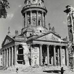 Hein Gorny - Französischer Dom, Berlin 1945 - 1946 - Silbergelatineabzug/gelatin silver print - 27,7 x 21,7 cm - © Hein Gorny - Collection Regard