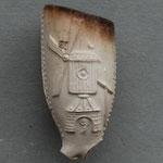 nr 12-1010 Molen met molenaar (atlas ?!) in deuropening. Scherpe fraaie afwerking, lijkt niet zwols, wel daar gevonden
