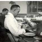 Op de mannenzaal worden de doorrokers afgewerkt, voor 1940