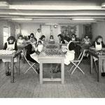 Het afwerken van gegoten pijpen op de vrouwenzaal, voor 1940