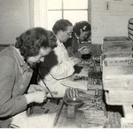 Op de vrouwenzaal worden de gekaste pijpen afgewerkt, voor 1940