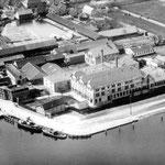 Luchtfoto uit 1932 van het Goedewaagen fabriekscomplex in Gouda
