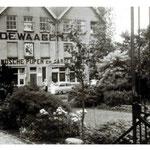 De voorzijde van de fabriek in 1955
