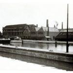De Goedewaagen fabriek, gezien vanaf de overzijde van het water, ca 1955