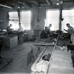 Het kasten van pijpen op de mannenzaal, voor 1940