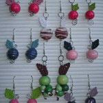 orecchini in macramè di cotone e perle di legno o vetro