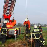 Mutige Feuerwehrfrau läßt sich 9 Meter abseilen