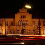 """""""Auf Spurensuche"""" - während meines abendlichen Streifzuges durch Ratheim, lief am Rathaus im wahrsten Sinne des Wortes alles Rund, denn per Langzeitbelichtung entgingen mir auch die Leuchtspuren der Fahrzeuge in und am angrenzenden Kreisverkehr nicht."""