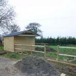 Cabane pour animaux et cloture bois