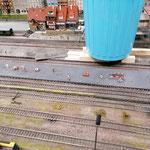 Die Bahnsteigplatten sind neu verklebt worden.