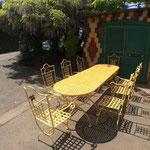 Ensemble table et chaises prêt à être livrées