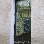 Porte d'entrée avec soubassement tressé et décoration florale