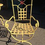 Les fleurs sont assemblées sur la chaise après peinture