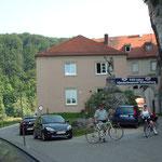 Der Eingang zum Kloster Weltenburg liegt unter einem steilen Felsüberhang.