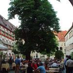 Regensburg weist viele hübsche Tordurchgänge auf, durch die man zum Beispiel diesen Biergarten erreicht