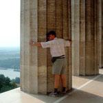 Dicke Säulen versperren den Blick auf die Donau