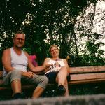 Kurz vor Ulm essen und trinken wir auf einer Bank am Ufer unsere letzten Vorräte.