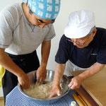 不動さんのご指導の元、小麦粉と塩水をなじませていきます。