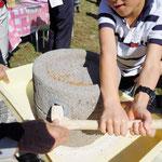 重ーい石臼で麦を挽く体験