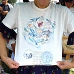 大小島 真木さんデザインのアートプロジェクトオリジナルTシャツ(お問合せはプチ・フール(TEL:042-474-0139 )まで)