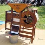小麦と異物を選別する農業機械