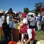 【パンマルシェ】開会と同時に超満員!素敵な帽子とエプロンは「パン工房 モナモナ(東久留米市神宝町)」のみなさん