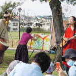 カメユキ(歌と踊り)×おくはらゆめ(絵本作家) ライブペインティング (歌とともにどんどん絵が塗り重ねられていき…)