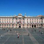 place du Capitole à Toulouse, à moins de 30 minutes des Gites des Camparros à Nailloux