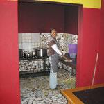 In der Küche werden die Mahlzeiten für die Bewohner zubereitet. Es hilft, wer helfen kann.