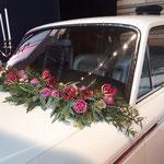 Blumenschmuck für Brautwagen