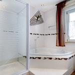 Badezimmer mit Eckwanne und Dusche Erdgeschoss