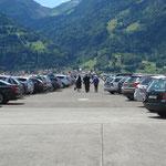 endlose Autoreihen auf dem Flugplatz Interlaken