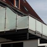Edelstahl-Terrassengeländer mit Sichtschutz aus satiniertem Glas