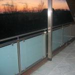 Balkongeländer aus Edelstahl mit satiniertem Glas