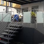 Edelstahl-Terrassengeländer und Treppenaufgang in Verbindung mit Glas