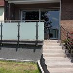 Terrassengeländer aus Edelstahl mit satiniertem Glas und Treppengeländer