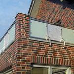 Terrassengeländer aus Edelstahl mit Glaseinsätzen und Edelstahl Lochblech
